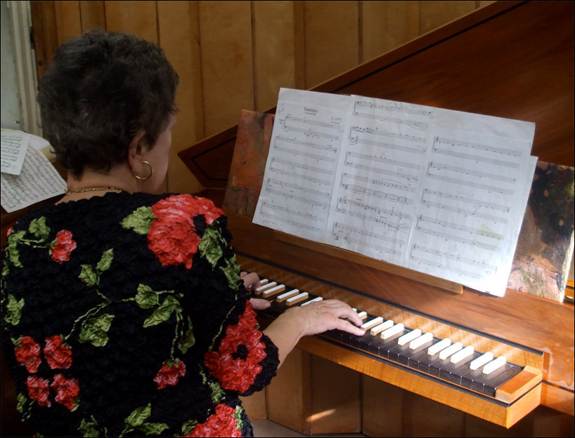 Sally Mosher rehearsing on a Neupert at Kasimoff-Bluthner